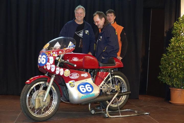 Steffen (Mitte) an seiner Jawa 350 RS